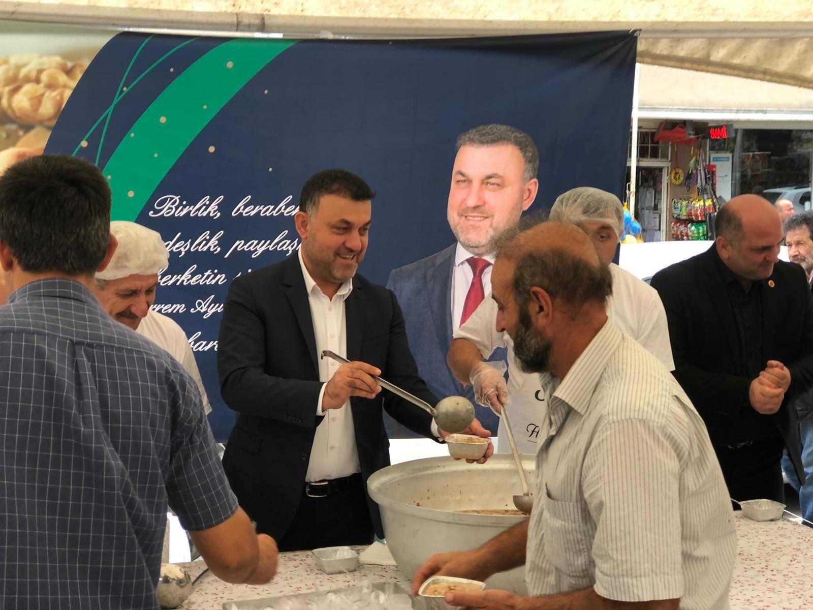 Başkan Yavuz Vatandaşlara Aşure İkramında Bulundu